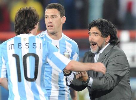 Maradona anuncia que Maxi Rodríguez reemplaza a Verón