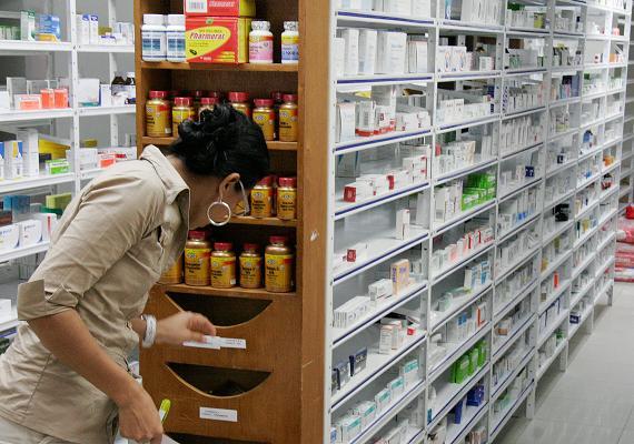 Viteri: Correa desea gravar con IVA las medicinas