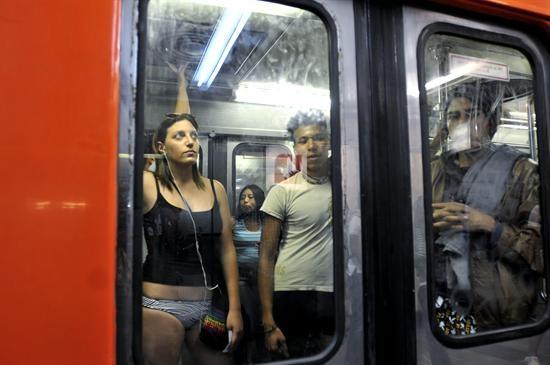Mexicanos en ropa interior viajan en el metro capitalino
