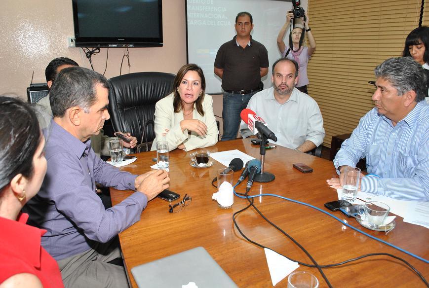 Ministra recibió estudios del puerto y firmó convenios