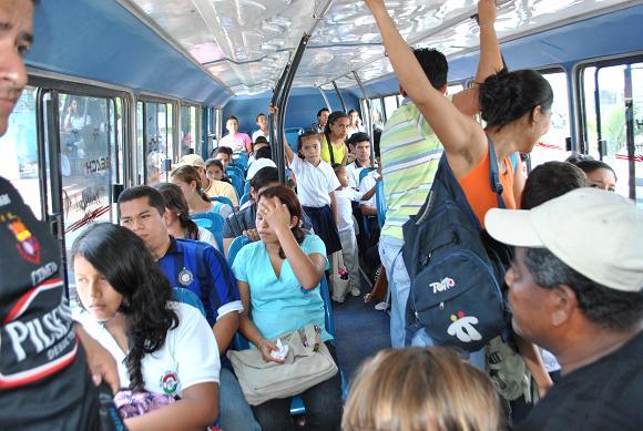 El morbo viaja en los buses urbanos de Manta
