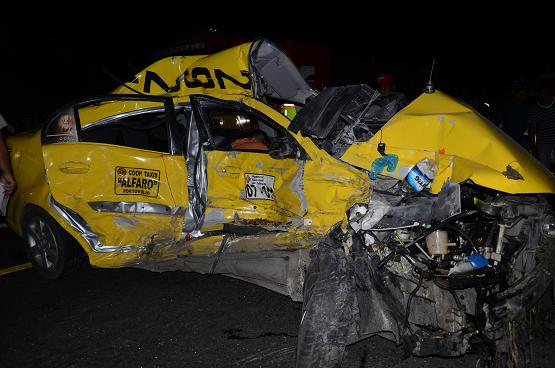 Mueren dos hombres al estrellarse un taxi contra un camión
