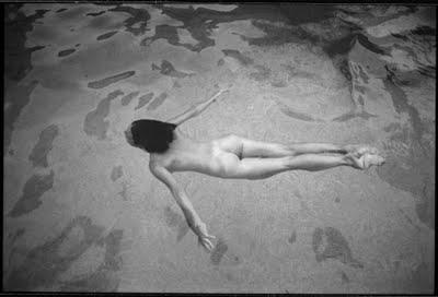 Nadar desnudos es la última moda para aliviar el estrés