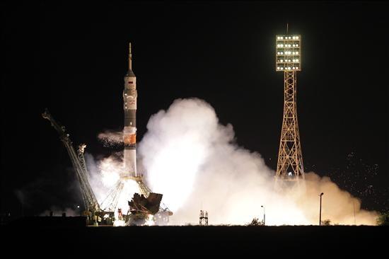 La Soyuz parte a Estación Espacial Internacional con tres nuevos tripulantes