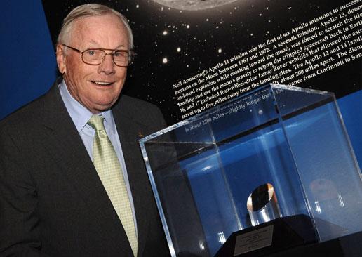 Neil Armstrong se recupera de una operación de corazón