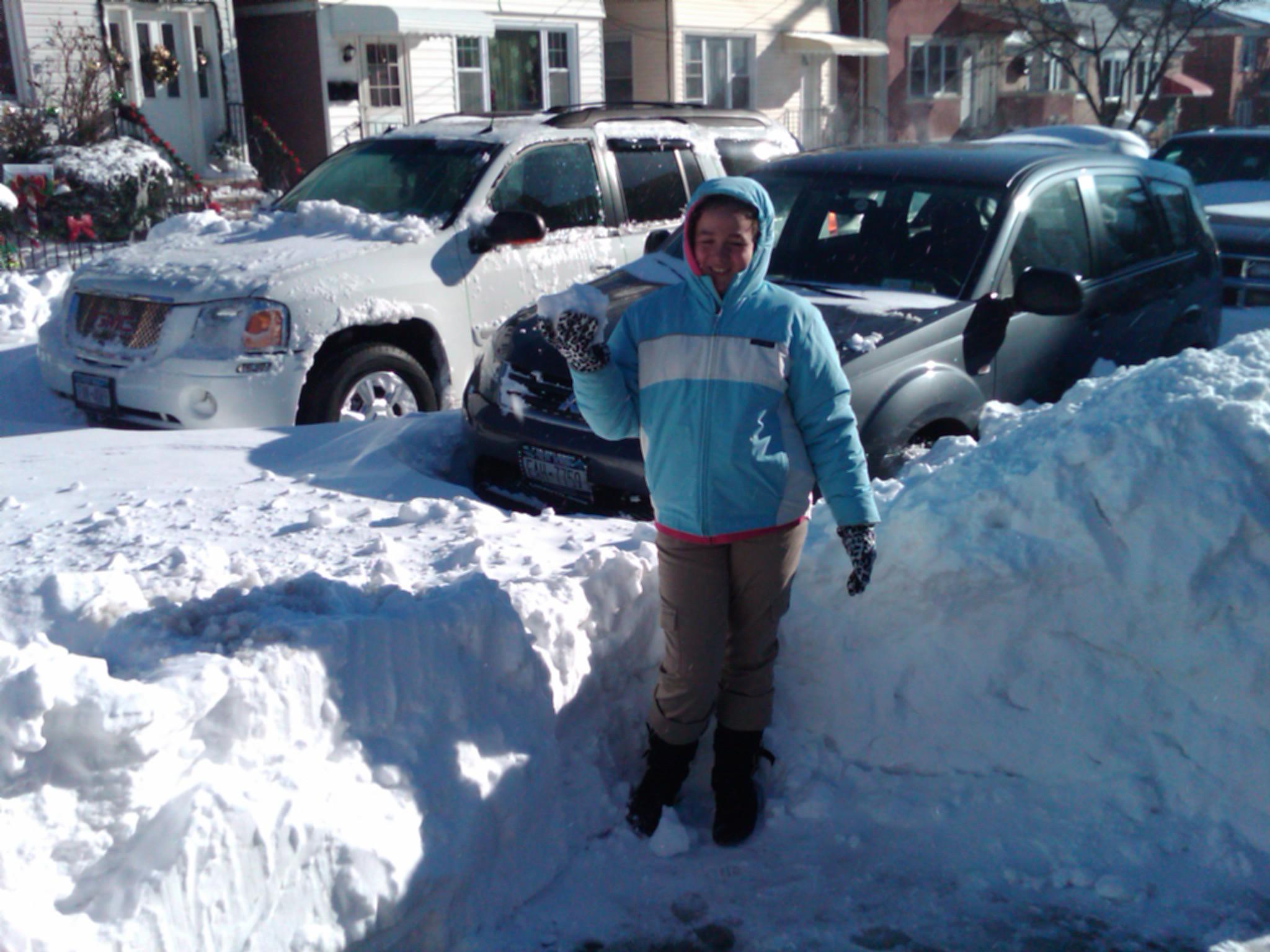 Ecuatorianos ayudan a remover la nieve de las calles