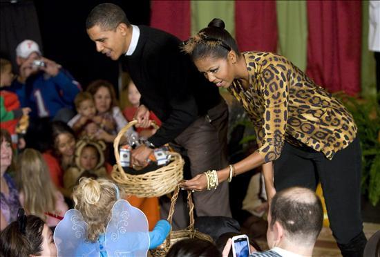 Los Obama celebraron Halloween con 2 mil niños