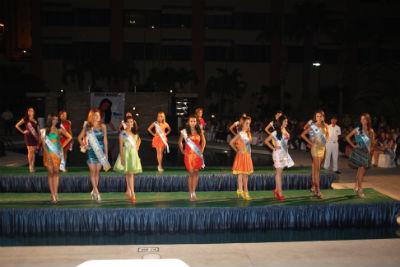 Presentan a las candidatas a reina de manta el diario for Piscina y candidiasis