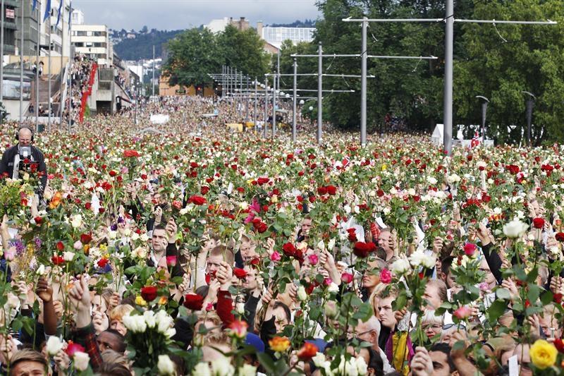 Homenajean a las víctimas con flores en Oslo