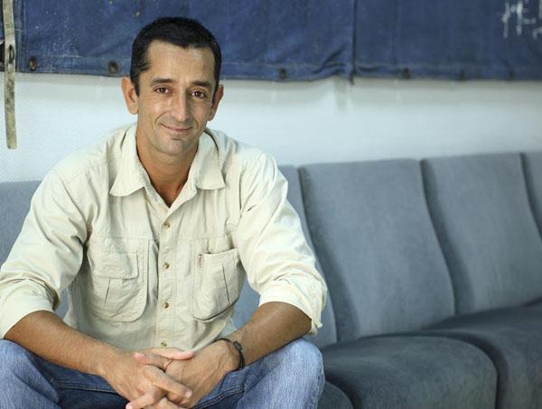Médico realiza el primer trasplante en el mundo de dos piernas