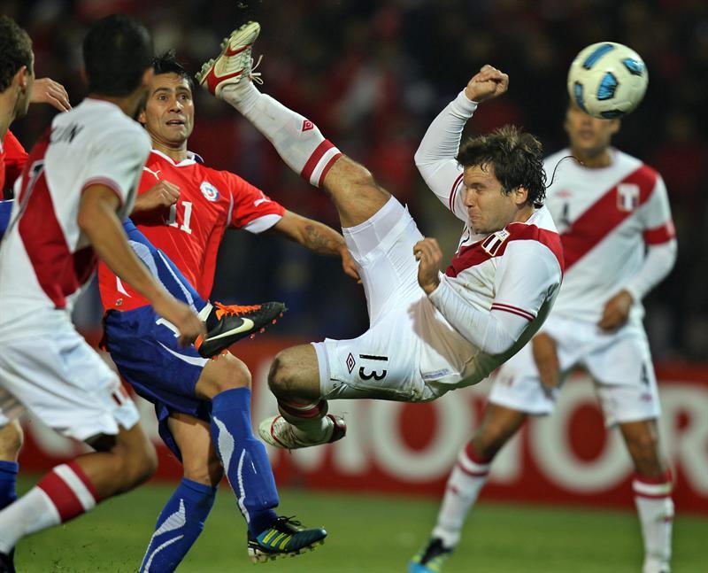 Chile vence a Perú en el último minuto y gana grupo C