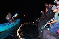 Pescadores en asamblea para tratar sobre seguro