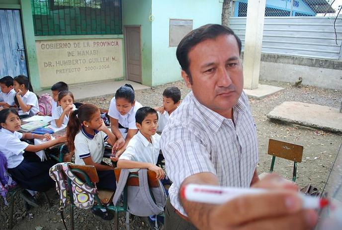 Rebose de aguas servidas afecta a escolares