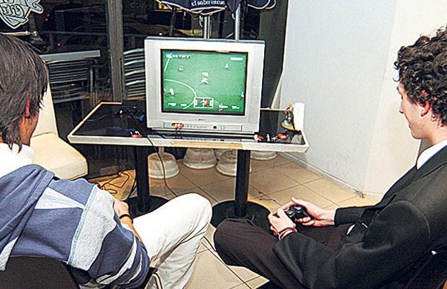 Se electrocutó el pene por orinar en un Playstation 2