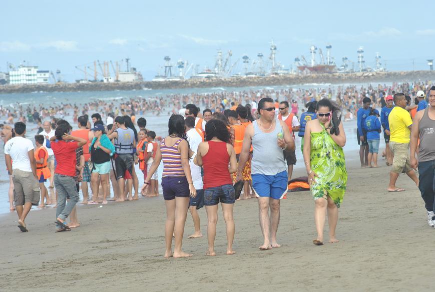 Miles de turistas abarrotan playas en primer día del año
