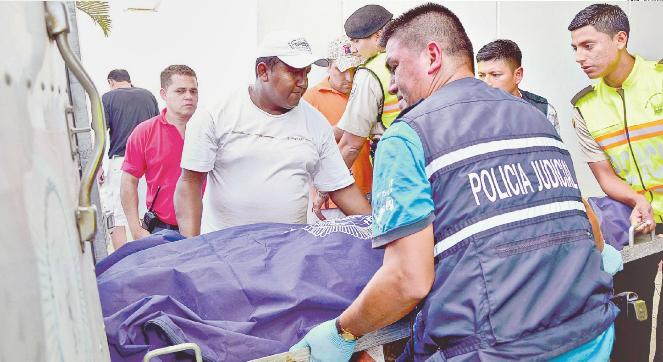 Dos policías mueren al chocar con taxi