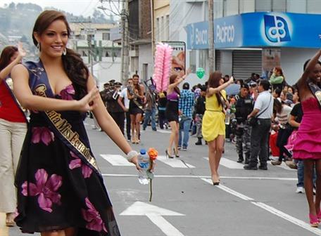 Candidatas a Miss Ecuador participan en pregón de la Fiesta de la Fruta