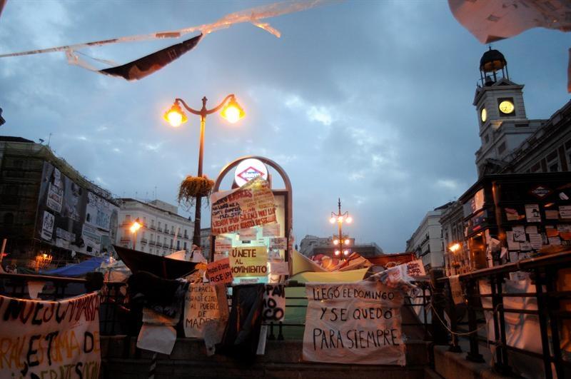 Los indignados de madrid mantienen la protesta en la for Puerta del sol hoy