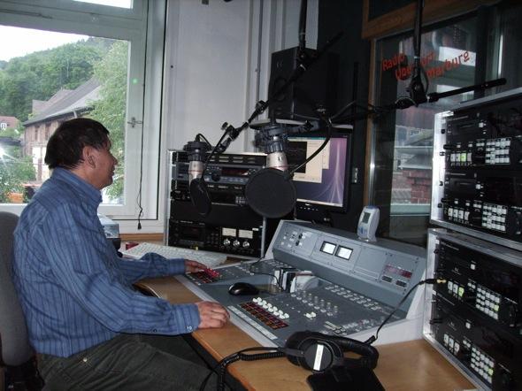 Gobierno entrega catorce frecuencias de radio