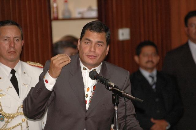 Correa ratifica decisión de desterrar a las mafias políticas de la educación