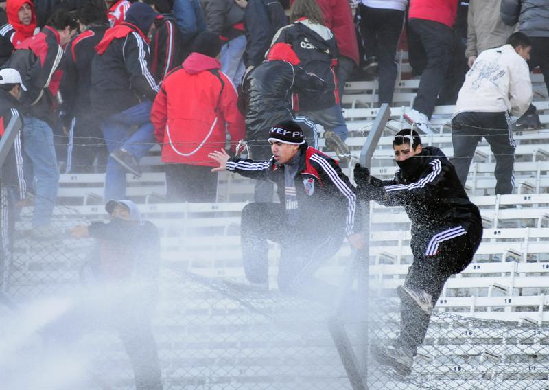 Clausuran el estadio del River Plate tras violentos disturbios por descenso
