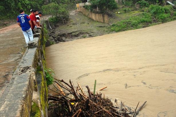 Agricultor cae de una canoa y desaparece en Río de Oro