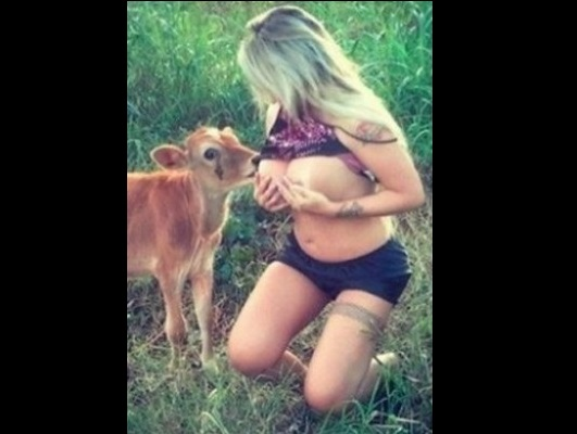 Modelo brasileña publica fotos en las que amamanta a un ternero