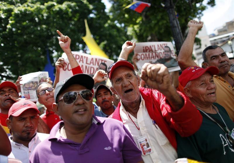 Miles de personas se congregan para ver a Chávez