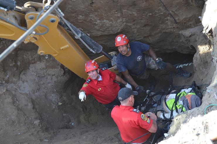 Dos obreros mueren sepultados en Manta