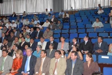Auditorio a medio llenar en Sesión Solemne