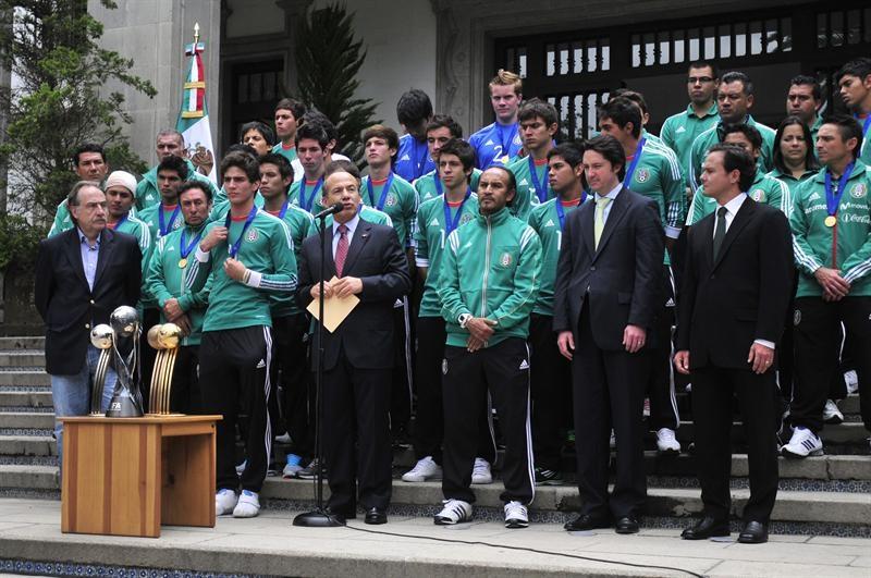 Presidente mexicano llama 'jóvenes de oro' a los campeones sub'17