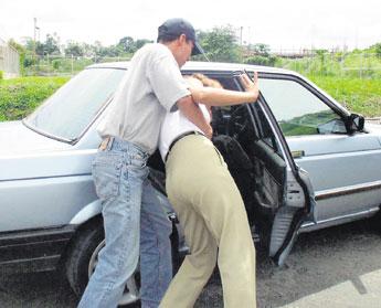 Detiene a 5 personas por presunto secuestro express