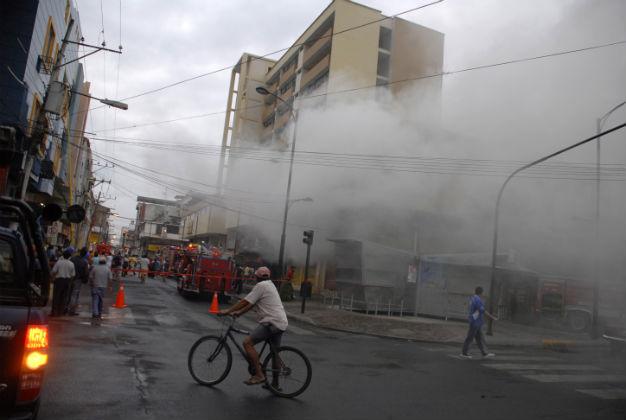 Incendio consumió locales del Centro Comercial de Portoviejo