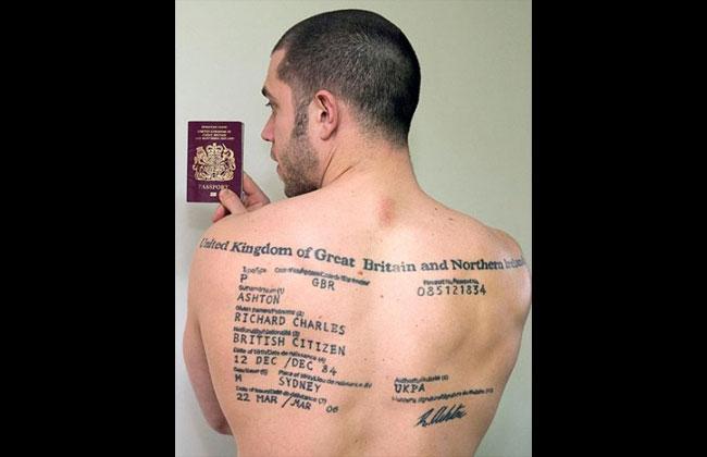 Británico decidió tatuarse su pasaporte en la espalda