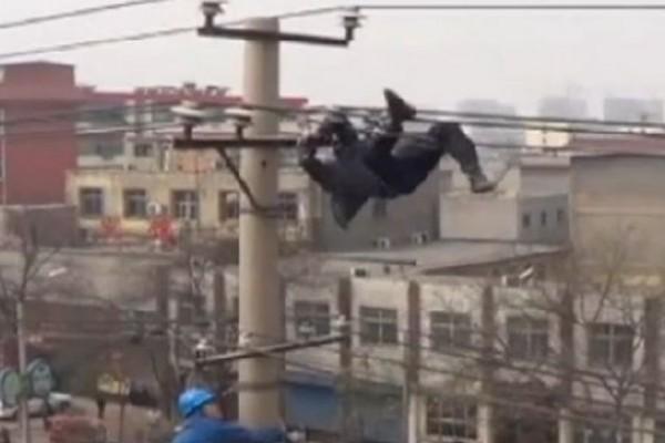 Hombre aparece colgado de cable de alta tensión
