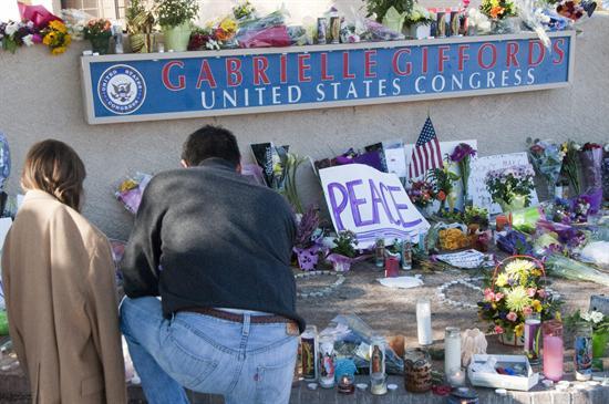 Latino arriesgó su vida para salvar a congresista Gifford