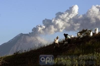 Coordinan acciones ante erupción del Tungurahua