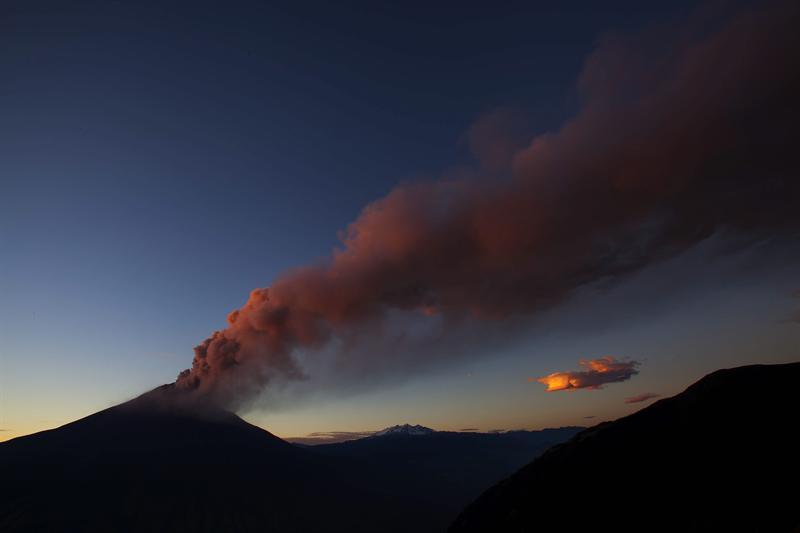 El Tungurahua genera 16 explosiones y emana ceniza