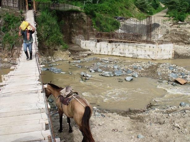 Incomunicados por paralización de construcción de puente