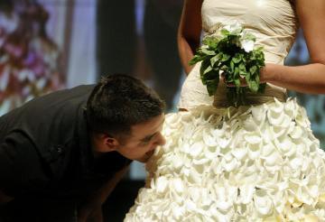 Chef crea un vestido de novia y unas zapatillas comestibles
