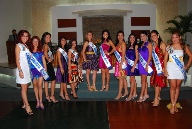 Candidatas a reina del Comercio en  desfile benéfico