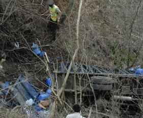 Camión repartidor de agua se cae a un abismo de 20 metros