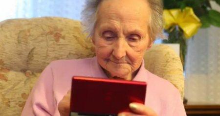 A los 100 años y todavía juega en su Nintendo DS