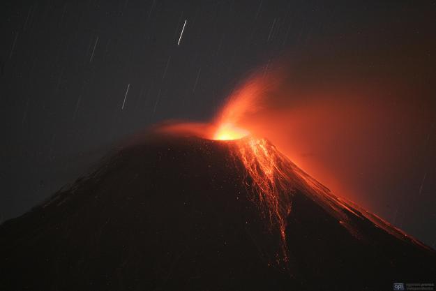 El volcán Tungurahua genera 16 explosiones y emana ceniza