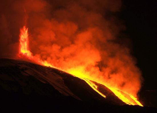 Volcán Etna entra en erupción y alerta a las autoridades