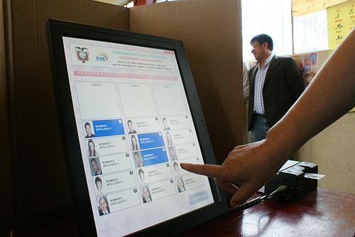 Ecuador implementará el voto electrónico en 2017