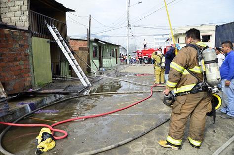Incendio deja a tres familias sin hogar