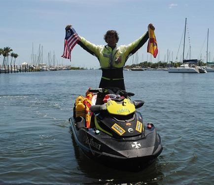 Aventurero español llega a Miami tras travesía de 19 días en moto acuática