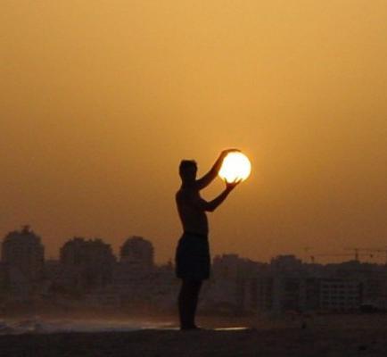 Mujer vende el sol por parcelas en Internet