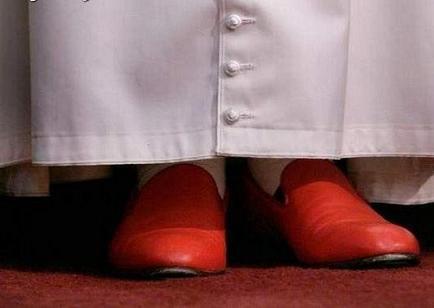 Los zapatos rojos de Benedicto XVI se exhiben en Granada